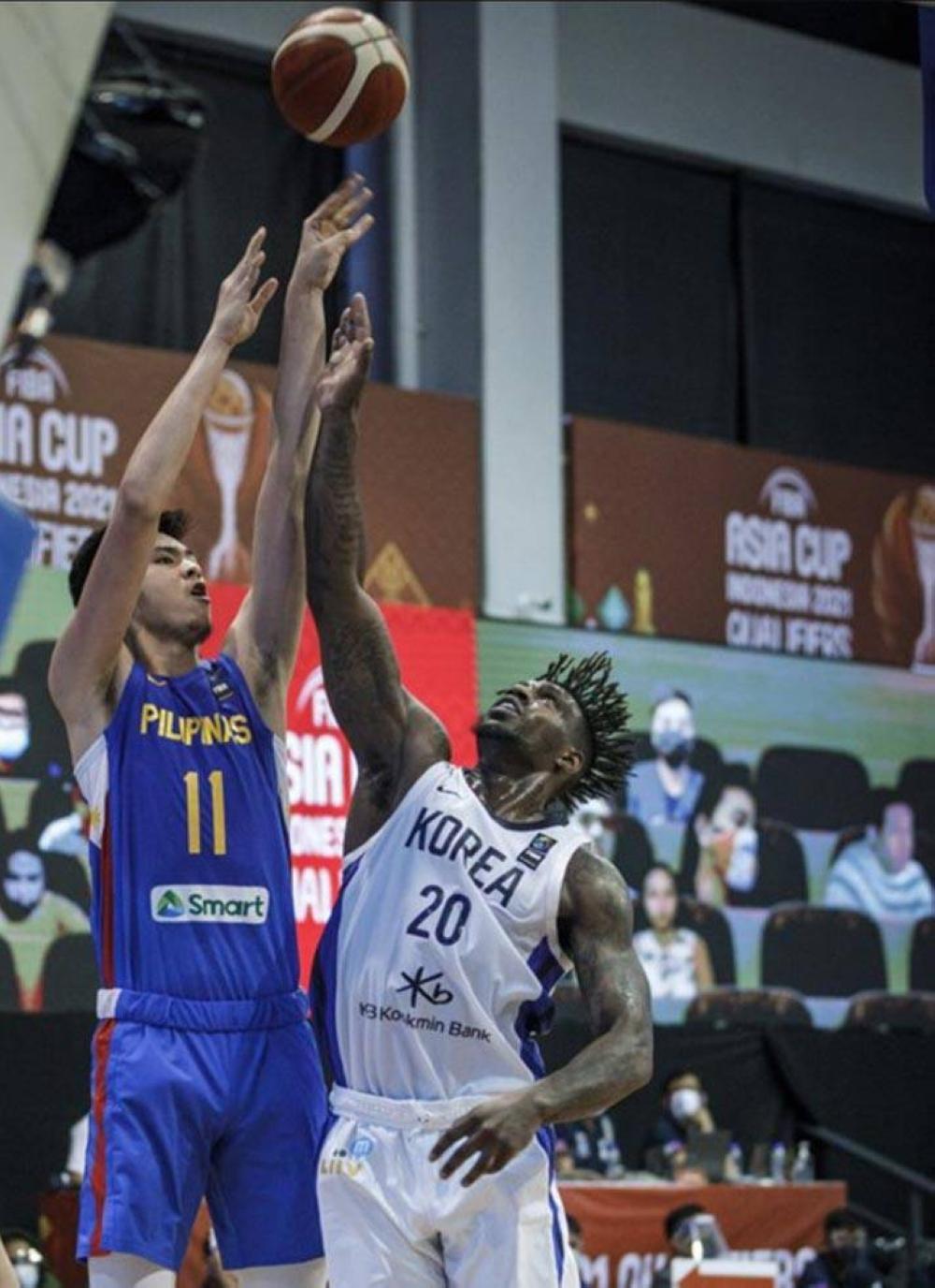 Si Kai Sotto (kaliwa) ng Gilas Pilipinas ay pumapasok laban sa naturalized player ng South Korea na si Ra Gun-Ah sa FIBA Asia Cup Qualifiers sa Angeles University Foundation gym sa Angeles, Pampanga.  FIBA PHOTO