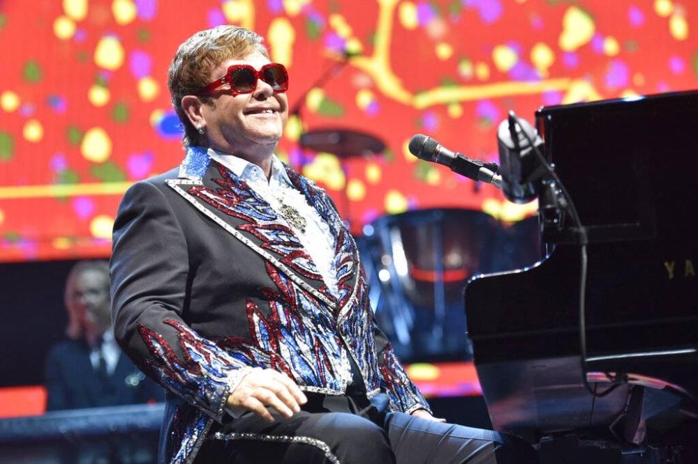 Gumanap si Elton John sa kanyang paglilibot sa Elton John Farewell Yellow Brick Road sa Rosemont, Ill noong Peb 15, 2019. Inihayag ni Elton John ang huling mga petsa para sa kanyang farewell tour, na kinabibilangan ng mga paghinto sa malalaking istadyum sa US (Larawan ni Rob Grabowski / Invision / AP, File)