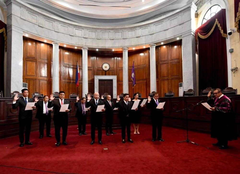 Chief Justice Alexander Gesmundo swears in the nine 25th Board of Governors of IBP.