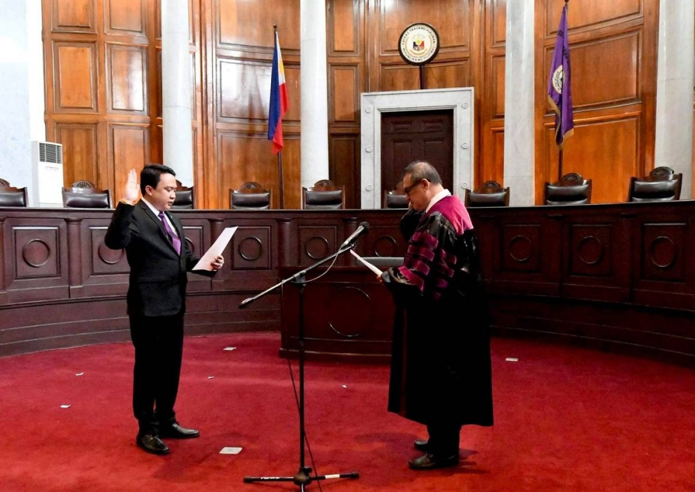 Chief Justice Alexander Gesmundo swears in Atty. Burt Estrada as the 26th National President of the Integrated Bar of the Philippines at the En Banc Session Hall of the Supreme Court.