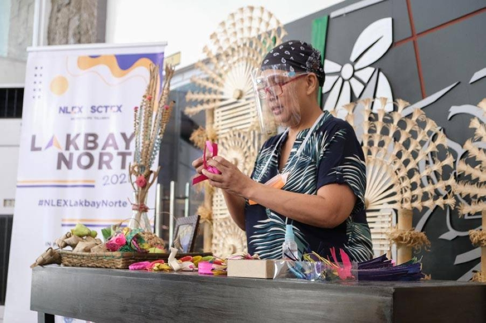 A Puni art demo by Rheeza Hernandez, one of the few remaining palm leaf artists in Bulacan.