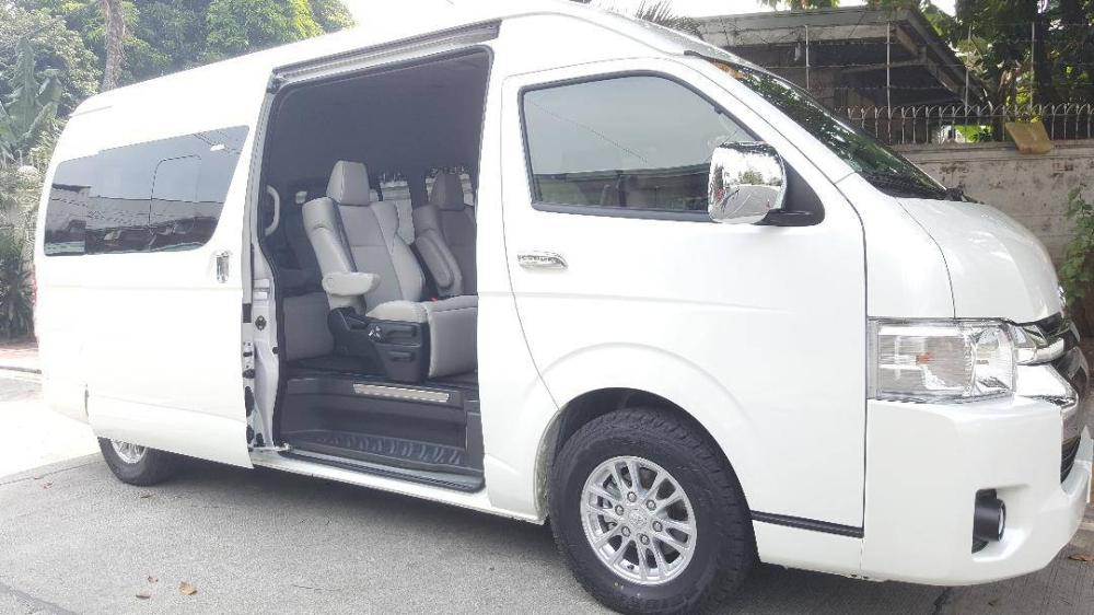 """Salah satu """"bayi"""" Chyndy dan Sam — sebuah van Toyota Hiace Super Grandia LXV yang dapat menampung sembilan penumpang. KONTRIBUSI FOTO"""