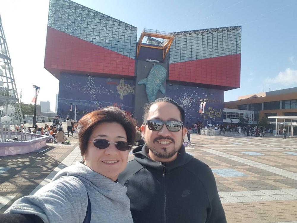 Chyndy dengan pasangannya dalam pekerjaan dan kehidupan, Sam Briones di Vertis Mall di Quezon City. KONTRIBUSI FOTO