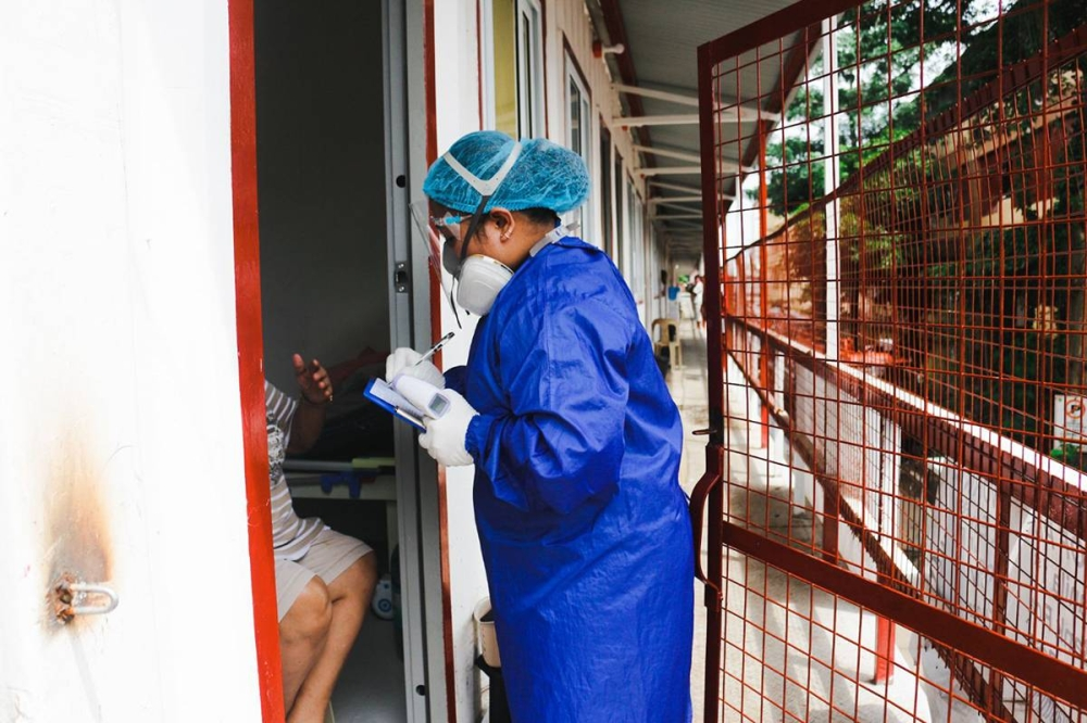 ANGEL OF MERCY A nurse checks on a patient in a Covid-19 quarantine facility in San Juan City on Sept. 1, 2021. PHOTO BY JOHN ORVEN VERDOTE