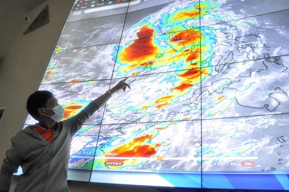 Sinusubaybayan ng forecaster ng panahon na si James Bryan Basit ang direksyon ng Bagyong LITRATO NG ENRIQUE AGCAOILI