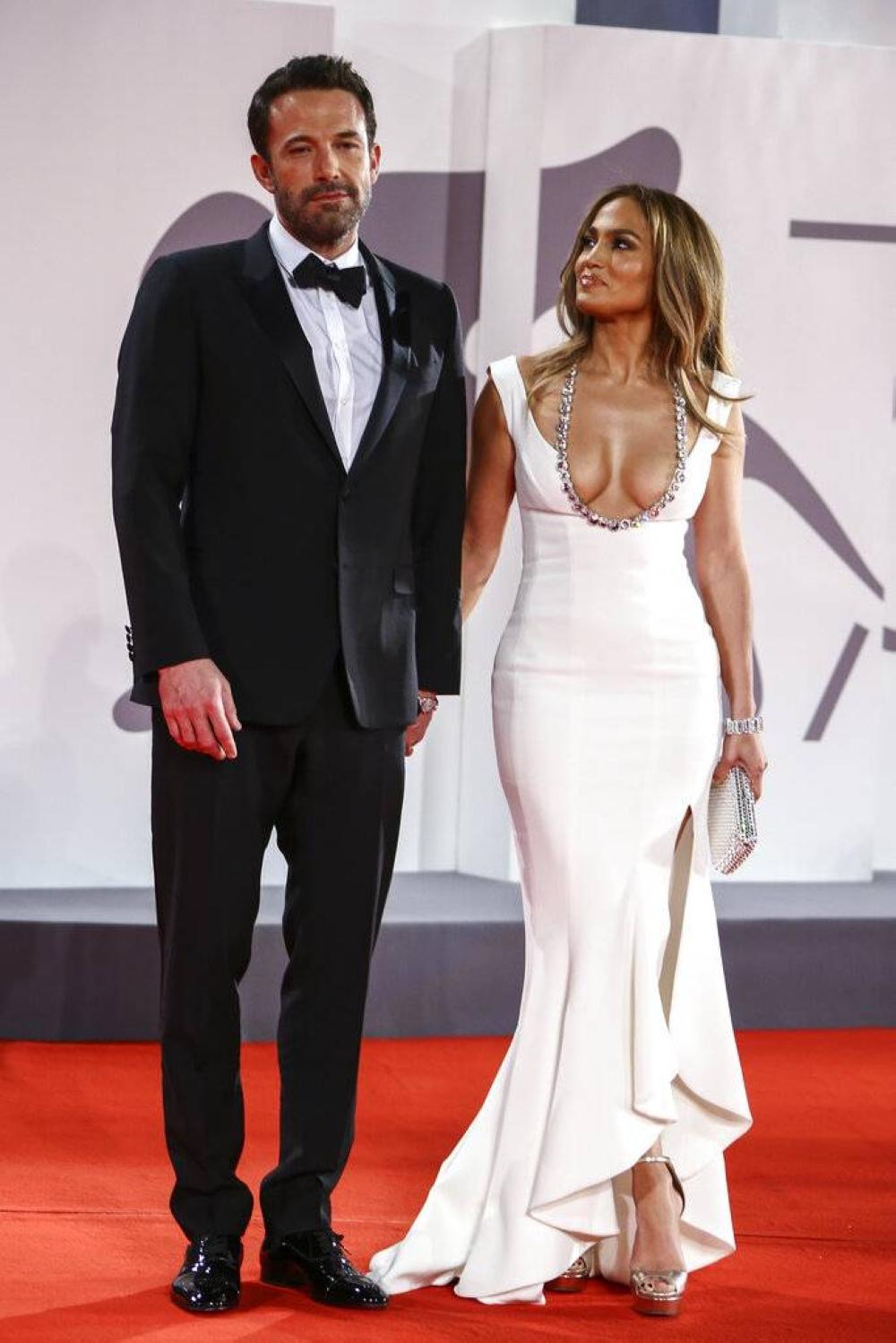 Ben Affleck at Jennifer Lopez AP LARAWAN