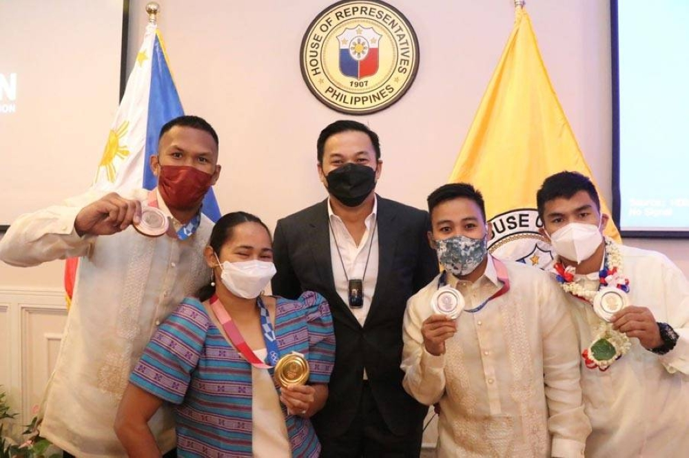 Deputy Speaker Mikee Romero of 1Pacman party-list (center) poses with Tokyo Games heroes (from left) Eumir Marcial, Hidilyn Diaz, Nesthy Petecio and Carlo Paalam. CONTRIBUTED PHOTO