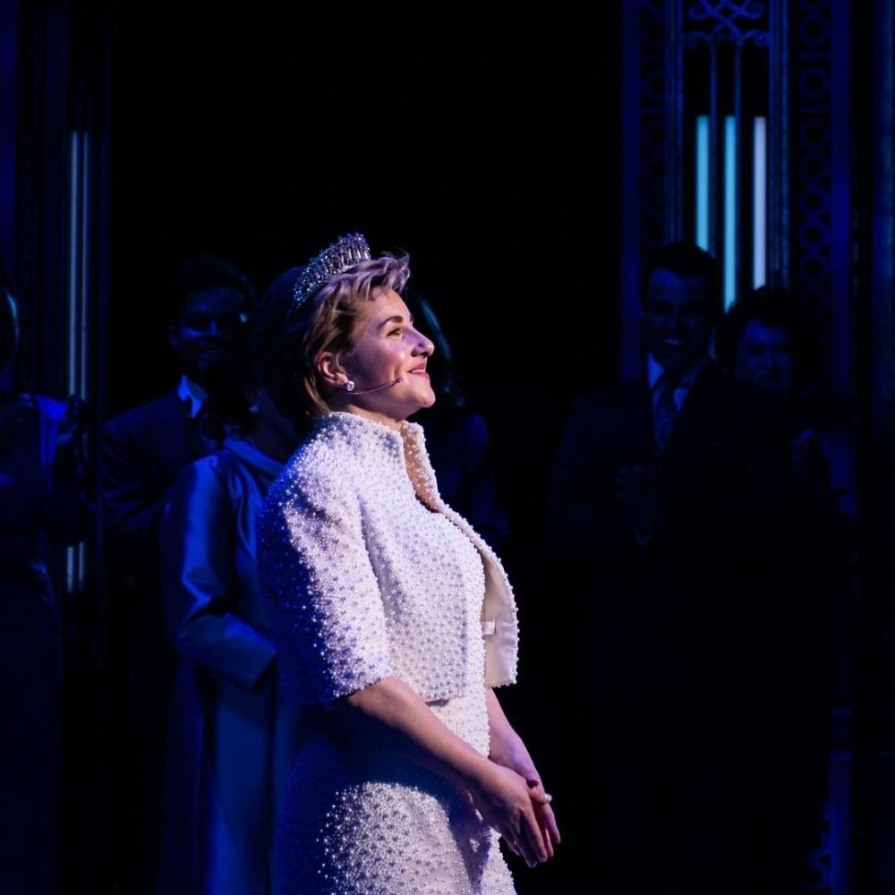 Ang nakasisilaw at nagwawasak na buhay ng Princess Diana ay tumatagal ng entablado sa orihinal na musikal na ito, na kinunan nang maaga sa opisyal na pagbubukas ng Broadway.  LITRATO MULA SA INSTAGRAM / DIANAONBROADWAY