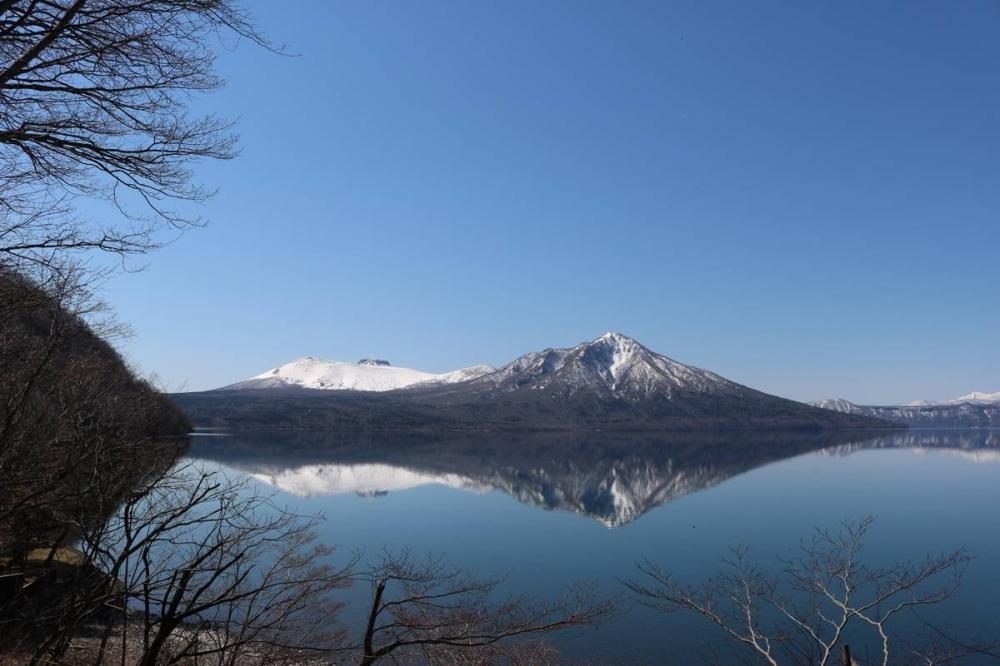 Mirror phenomenon of Lake Shikotsu