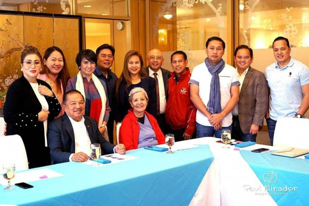 Gerry Palon standing 3rd from right, with the CFO's Ugnayan sa Los Angeles delegates to his left, Atty. Xerxes Cortel and AFD Director Mario Garcia. CFO Sec. Francisco Acosta seated with his wife, Alma M. Acosta. CFO Exec. Dir. Astravel P. Naik standing behind Sec. Acosta, beside her then Consul General of LA Adelio Cruz