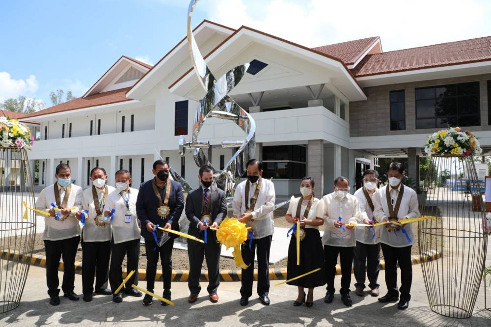 STATE OF THE ART FACILITY Stakeholders join the ribbon-cutting ceremony for the Crop Biotechnology Center in Nueva Ecija led by Agriculture Secretary William Dar (sixth from left) and Acting Agricultural Counselor Ryan Bedford (fifth from left). CONTRIBUTED PHOTO
