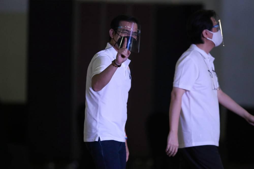 Si Manila Mayor Francisco 'Isko Moreno' Domagoso at ang kanyang running mate na si Doc Willie Ong ay naghain ng kanilang sertipiko ng kandidatura para sa pangulo at bise presidente noong Lunes, Oktubre 4, 2021 sa Sofitel Harbor Garden Tent sa Pasay City.  LARAWAN NI ENRIQUE AGCAOILI