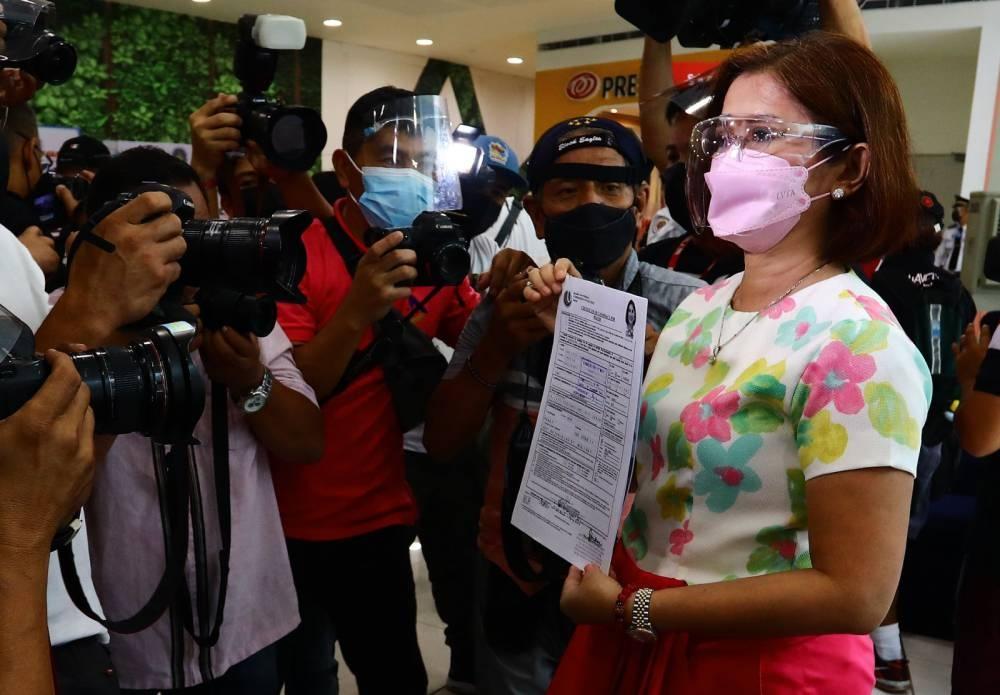 Inihain ni Pasay City Mayor Emi Calixto-Rubiano ang kanyang sertipiko ng kandidatura para sa halalan sa Lunes, Oktubre 4, 2021, sa tanggapan ng Comelec sa SM Mall ng Asya.  LARAWAN NI MIKE ALQUINTO