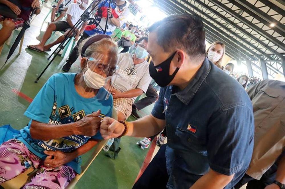 Bong Go gives aid to victims of typhoon 'Jolina'