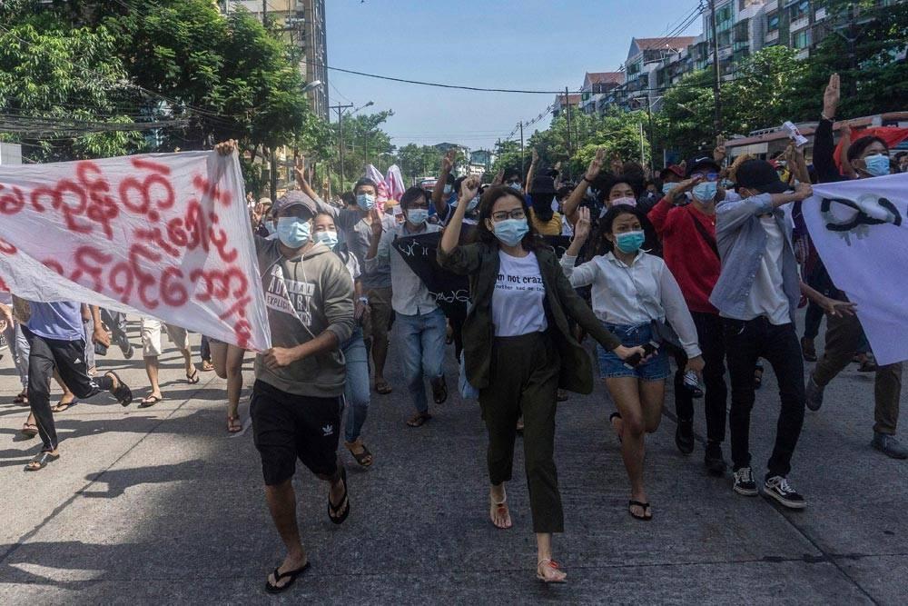 Junta rearrests more than 100 dissidents